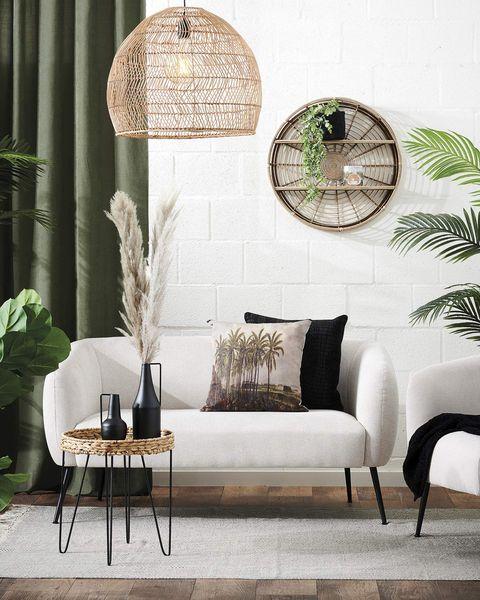 salón moderno con lámpara de fibra y sofá blanco