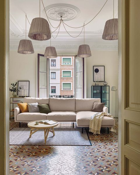 salón en colores claros con lámparas colgantes