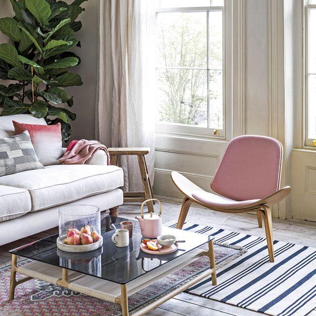 salón moderno con plantas y butaca rosa