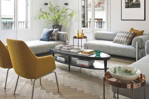 salón comedor sofisticado y cómodo sofá gris y butacas en mostaza