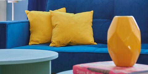 Salón decorado con color