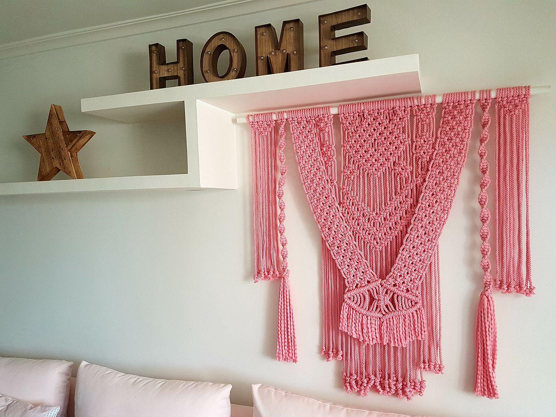 Salón decorado en tonos rosas