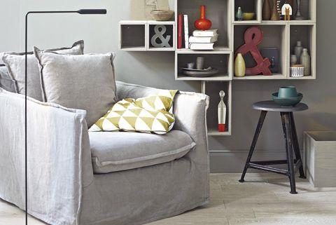 Salones: Rincón de lectura con sillón gris