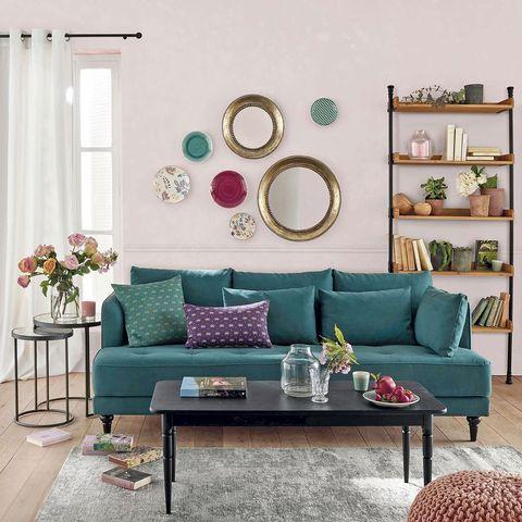 salones modernos paredes en rosa y sofá verde
