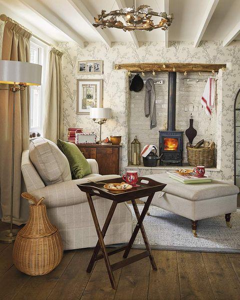 salón rústico con estufa de hierro de leña