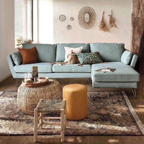 salón con sofá azul decorado en tonos tierra