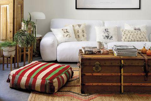 salon actual con sofá blanco