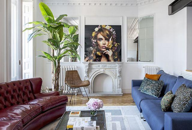un piso señorial reformado con estilo actual  salon con dos sofás diferentes