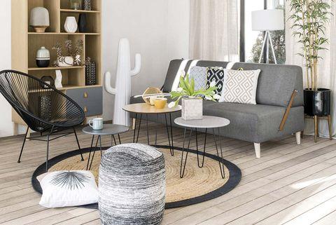 salón con sofá gris y butaca acapulco