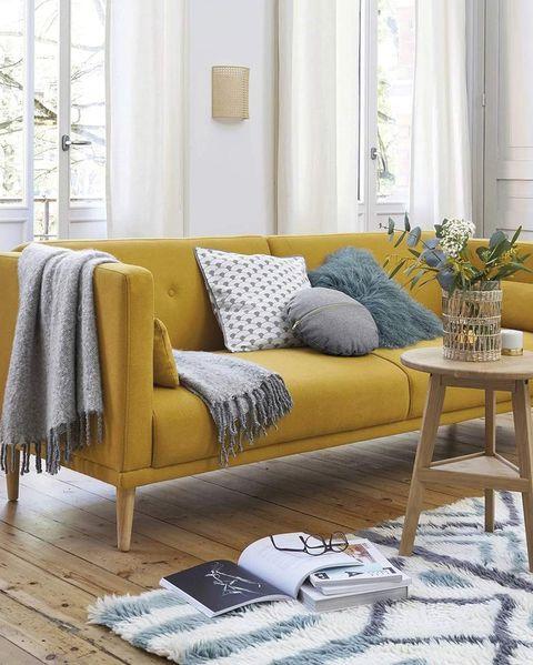 salón moderno con sofá en color mostaza
