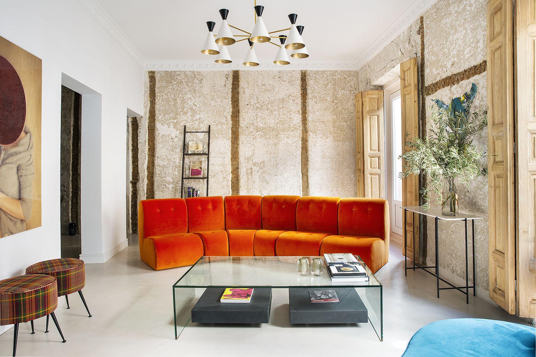 10 imágenes que te convencerán para colocar un sofá naranja