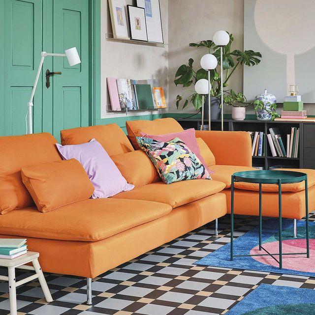 salón con sofá naranja