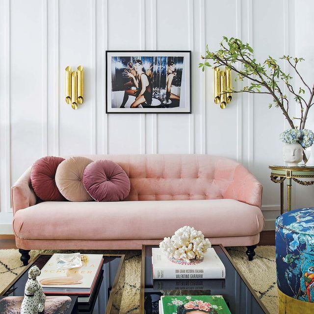 salón elegante con sofá color rosa