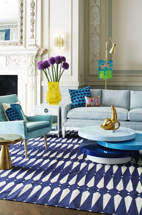Salón decorado en tonos azules con detalles amarillos