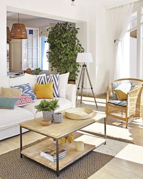 salón de verano con sofá blanco
