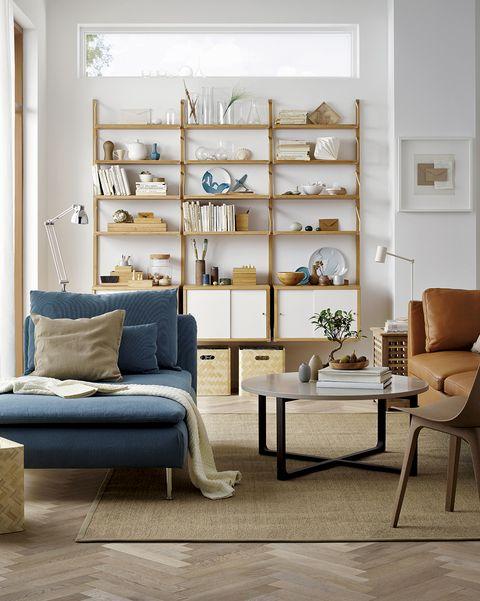 salón moderno con estanterías de ikea