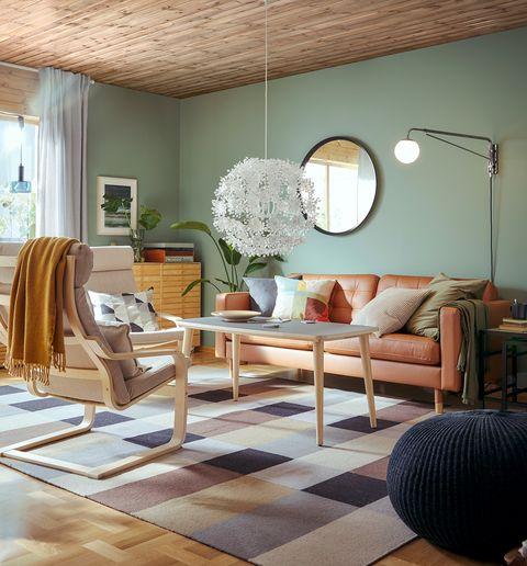 salón con sofá de piel, mesa de centro y sillón con estructura de madera