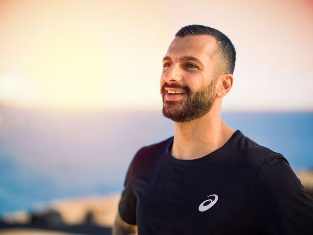 un hombre hace deporte, un aliado de la salud mental