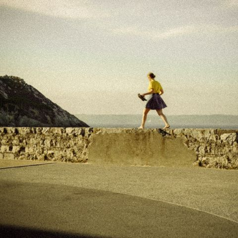 """jeune fille en jaune qui marche sur un mur, lang""""fr"""" jeune fille en jaune qui marche sur un mur"""