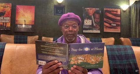 el actor samuel l jackson leyendo en su casa