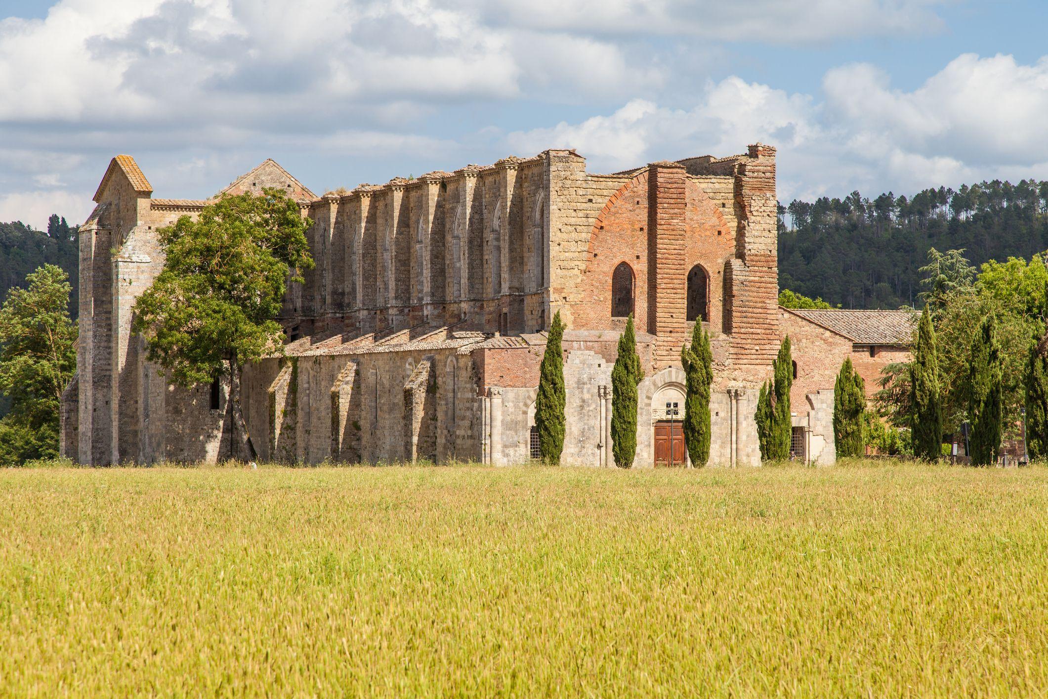 Cartolina da San Galgano, l'abbazia con il cielo per soffitto e una spada piantata nella roccia