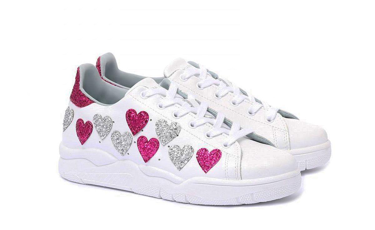 A San Valentino 2019, le sneakers si ricoprono di cuori rossi e rosa senza limiti, sneakers bianche hipster, sneakers alte o chunky vanno bene tutte, perché l'importante è lanciare al mondo messaggi d'amore.