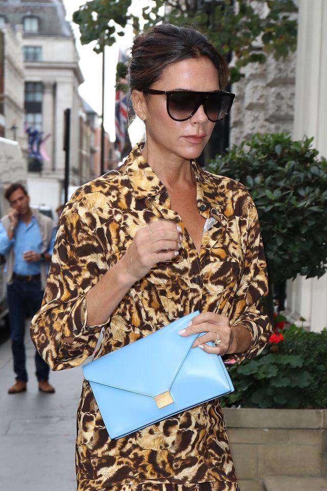 sandali moda estate 2020 alti dorati come victoria beckham