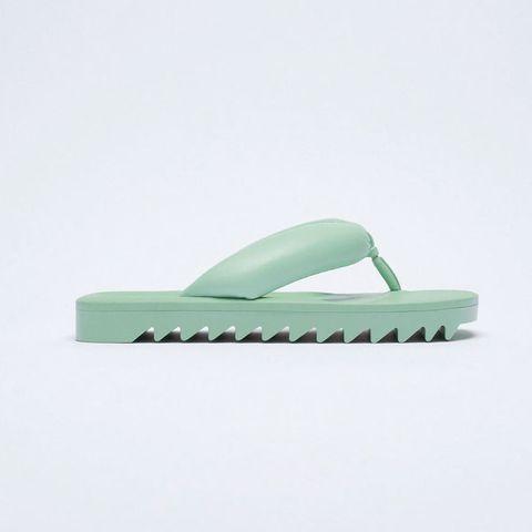 las sandalias acolchadas del verano