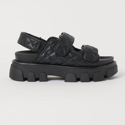sandalias negras de suela gorda y tiras de la colección de primavera verano de hym