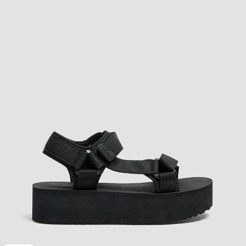 sandalias negras de pullandbear