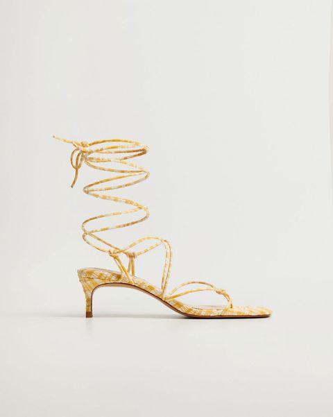las sandalias de tiras del verano