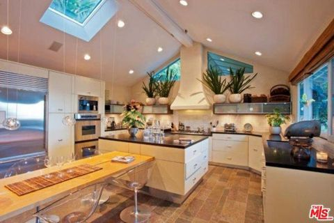 Property, Room, Interior design, Ceiling, Building, Countertop, Furniture, Home, Cabinetry, Kitchen,
