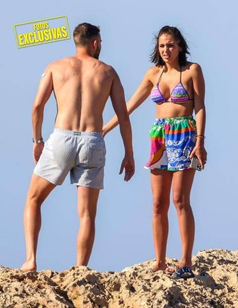 la ex de tom brusse en las playas de ibiza con el jugador madrileño de la roma