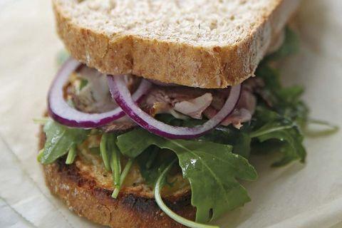 sándwich de roast beef, rúcula y mostaza dulce