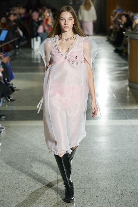 Fashion model, Fashion, Fashion show, Clothing, Runway, Haute couture, Dress, Footwear, Shoulder, Public event,