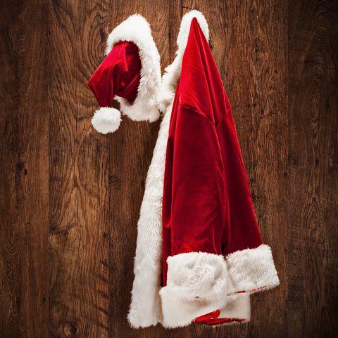 Costume de Santa accroché sur un mur en bois tourné avec une inclinaison et une lentille de commutation