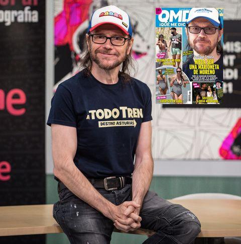 el actor y director posa con una camiseta de su última película a todo tren, destino asturias y gorra