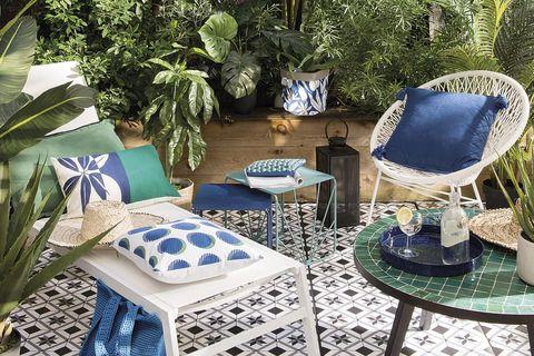 patio con zona de estar, decorado en blanco, azul y verde