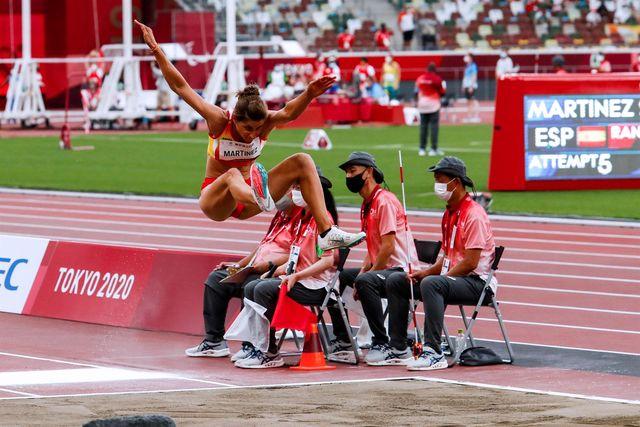 la madrileña sara martínez conquistó la medalla de plata en salto de longitud, clase t12 de discapacitados visuales, en la prueba disputada en el estadio olímpico de los juegos paralímpicos de tokio