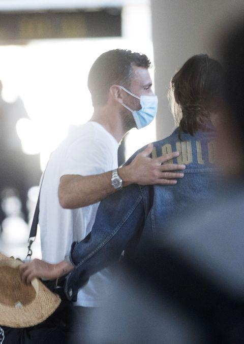 Sara Carbonero y su novio José Luis se apoderan de la periodista en un aeropuerto de Canarias