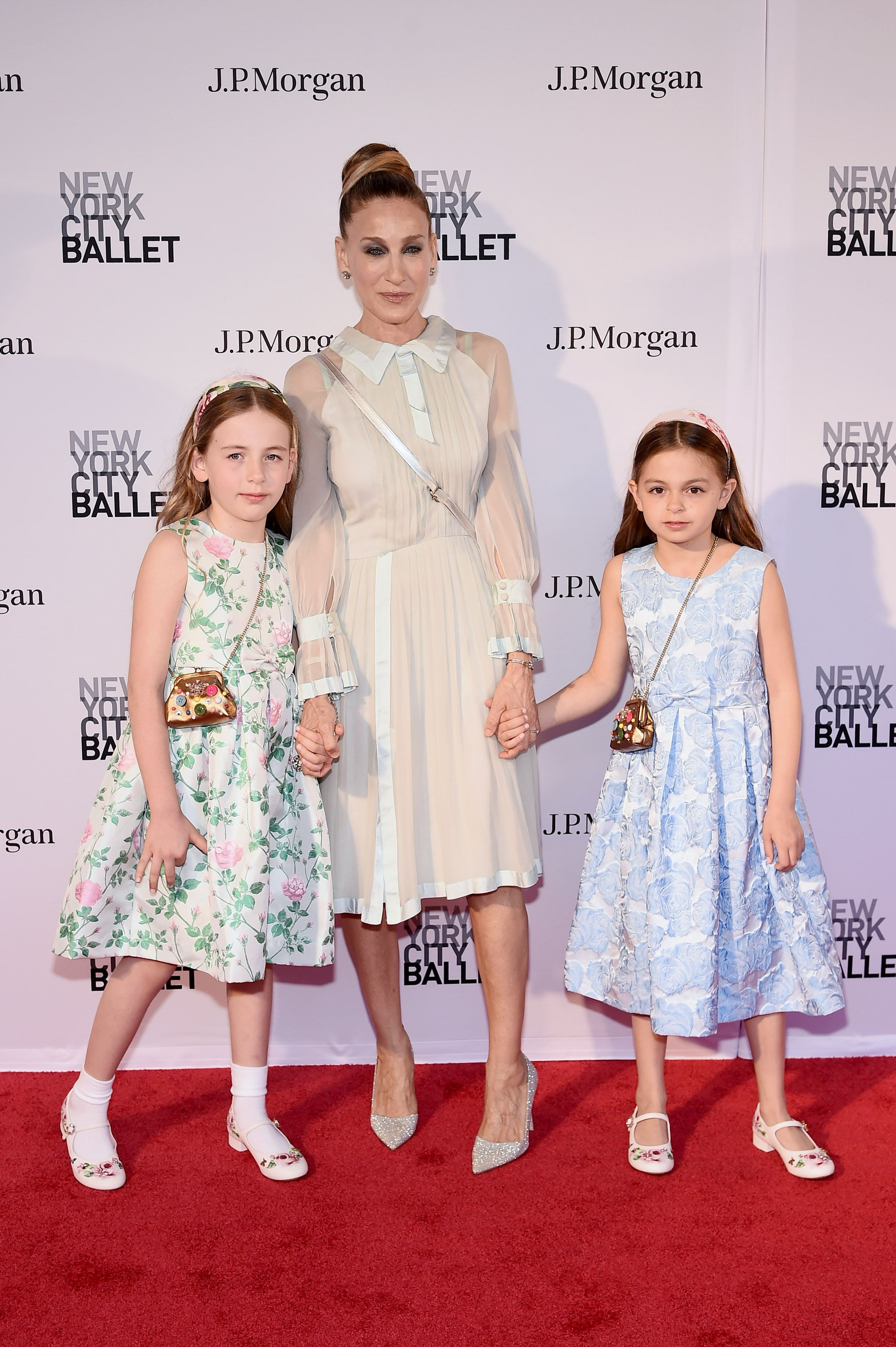9c3b856373 Sarah Jessica Parker makes rare public appearance with her lookalike twin  daughters