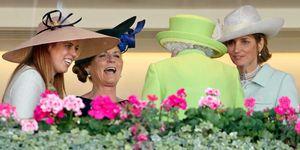 Sarah Ferguson con su hija Beatriz y la reina Isabel II