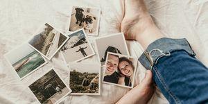 foto's verspreid op een dekbed