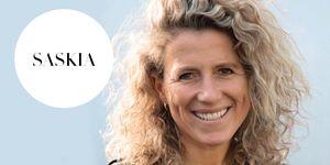 Blogger Saskia van der Zee voor blauwe achtergrond