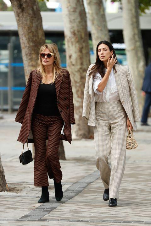 sassa de osma junto a su madre con trajes de chaqueta