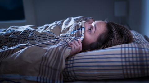 bange vrouw in bed