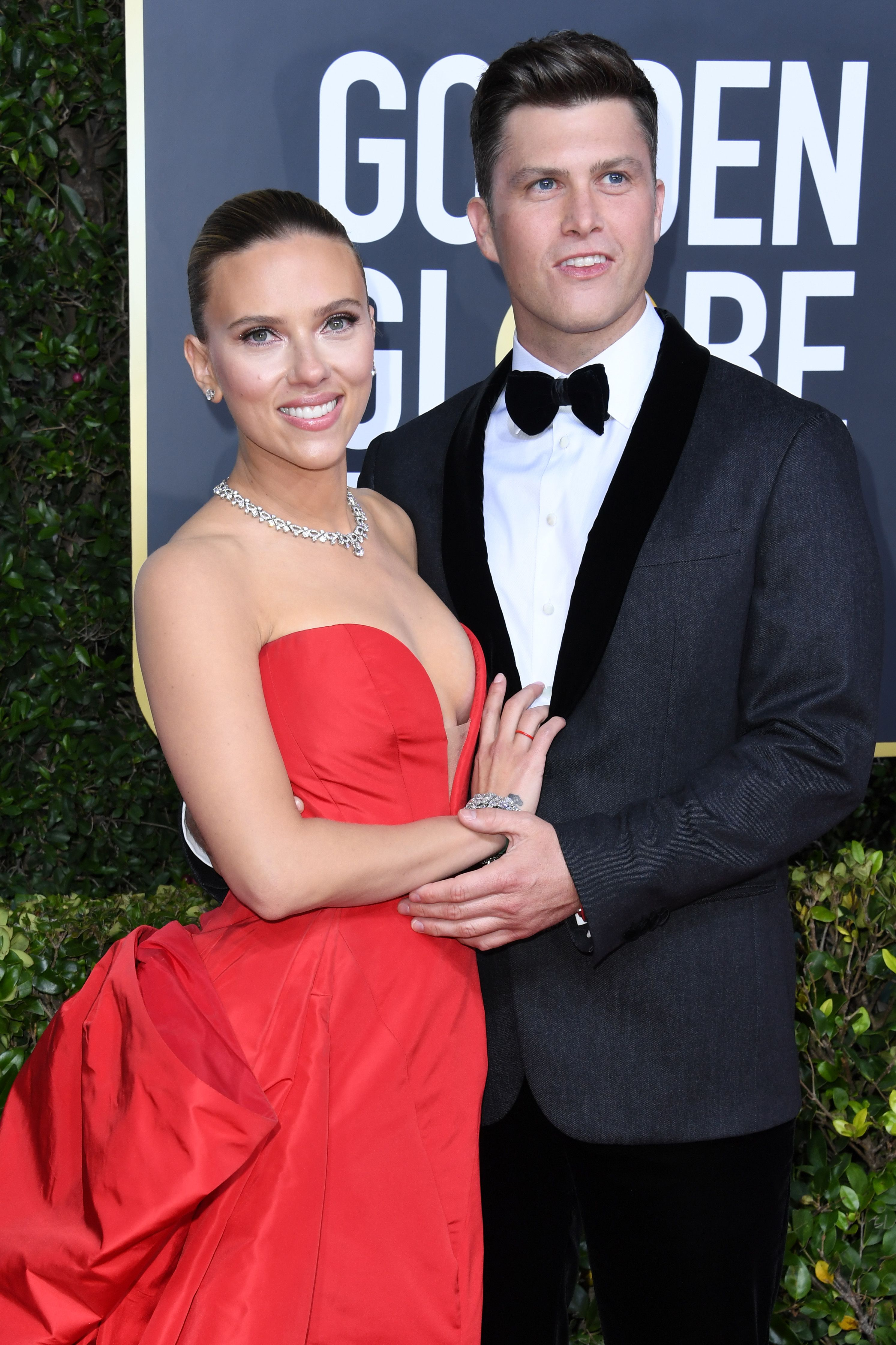 Scarlett Johansson and Colin Jost Have a Moment on the Golden Globes Red Carpet