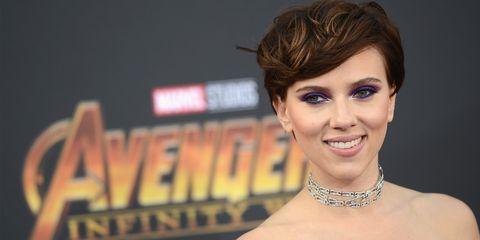 Scarlett Johansson, capelli castani + trucco viola è la combo che fa salire la coolness alle stelle