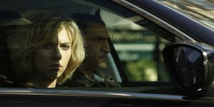 Scarlett Johansson in een auto