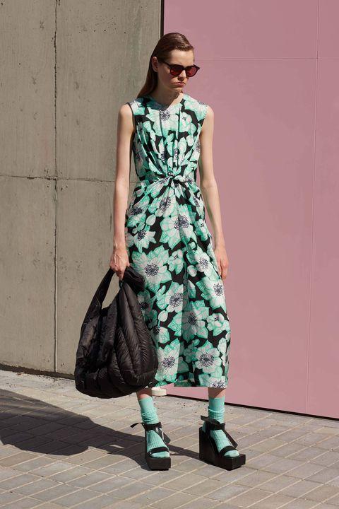 i tacchi delle scarpe estive possono essere scomodi, allora scegli e prova i sandali plateau tra le scarpe donna più comode e facili di tutta la moda 2021